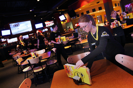 buffalo wild wings servers