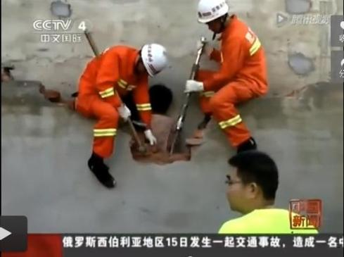 woman-stuck-between-walls-in-china