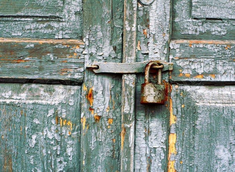 1637137-old-lock-on-a-door