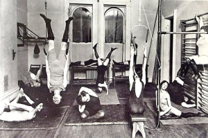 1910-womens-gym-new-york-city-vintage-yoga-style-photo